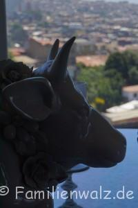 Unser Advent in Chile: Ein Anden-Dorf feiert das HOMA-Ritual - Keramik-Kuh in Valparaiso