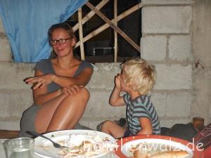 Barbecue im Wohnzimmer oder: Wie lebt es sich auf den Philippinen? - Bei Janet zu Hause